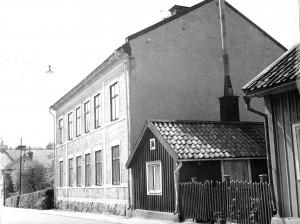 Repslagaregatan 31 och 33 En blandad bebyggelse rådde i den övre delen av gatan. Hus 33 har fått förlänga sin skorstenspipa för att få drag i spisen. I bakgrunden skymtar Baptistkyrkan.