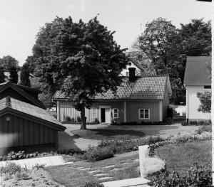 """Ö Kyrkogatan 2 En av våra kvarvarande idyller som har anor tillbaka till tidigt 1700-tal. Gården går allmänt under namnet """"Sola"""" och inhyser Anna-Stina Åbergs silversmedja belägen i det bortre huset i vänster bildkant."""