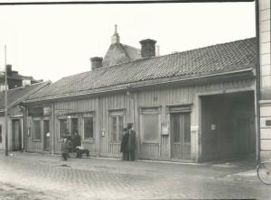 Ohlssons Ångbageri Ett av Nyköpings äldre företag som alltid legat på ungefär samma plats som det gör än idag, nämligen Ö Storgatan 7. Kringlan var deras kännemärke. Idag har namnet ändrats till Ohlssons Brödbod.Foto: Erik Kling