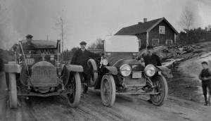 Riksettan vid Karlberg år 1912 Fiat t.v. tillhörde Skånska Cementgjuteriet - Cadillacen t.h. ägdes av åkaren J E Lindkvist ovh var en av de första droskbilarna i Nyköping.